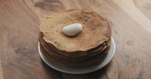 Sauerrahm auf Pfannkuchen oder Blini Stockfotografie