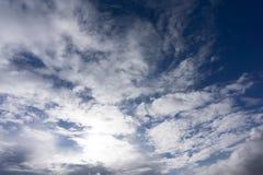 Sauerstoff-Ozon-Frieden des bewölkten Himmels im Freien rein lizenzfreie stockfotos