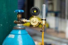 Sauerstoffflasche mit einem Argon-Strömungsmesser für Edelstahl-Schweißen lizenzfreie stockfotografie