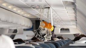 Sauerstoffmaske, die in Flugzeug herausfällt lizenzfreies stockfoto