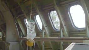 Sauerstoffmaske im Flugzeug stock video
