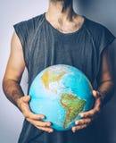 Sauf la plan?te Globe dans les mains de l'homme Sauvez le concept de la terre image stock