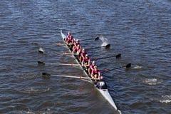 Saugatuck乘员组在头赛跑查尔斯赛船会人` s青年时期八 免版税图库摄影