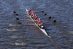 Saugatuck-Mannschaft läuft im Kopf von Charles Regatta Men-` s Jugend acht Lizenzfreie Stockfotografie