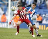 Saul Niguez av Atletico Madrid och Gerard Moreno av RCD Espanyol Arkivbilder