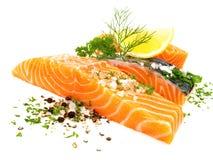 Saumoné - les poissons ceignent d'un bandeau avec du sel, le poivre et les herbes image libre de droits