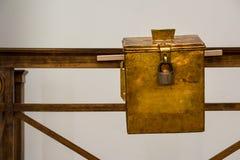Saumon fumé russe Petina en métal de boîte de donation d'église enduisant vieil en bois photographie stock libre de droits