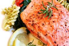 Saumons atlantiques et salade de pâtes Photographie stock