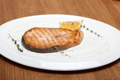 Saumons avec de la sauce au fromage d'un plat photos stock