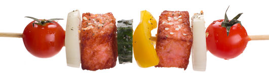 Saumons avec des légumes sur une brochette Photographie stock