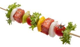 Saumons avec des légumes sur une brochette Photos libres de droits