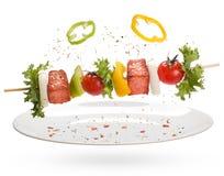 Saumons avec des légumes sur une brochette Images libres de droits