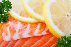 Saumons avec des parts de citron Photo stock