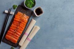 Saumons avec la nouille de riz Photographie stock