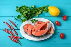 Saumons avec le poivre, les tomates et le citron de piment image libre de droits