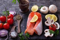 Saumons, champignons, tomates et persil image libre de droits