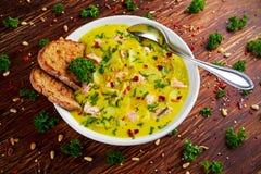 Saumons crémeux de poissons, poireau, soupe aux pommes de terre sur le fond en bois image stock