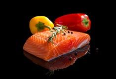 Saumons crus. photographie stock libre de droits