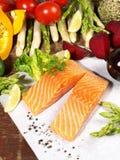 Saumons crus avec des l?gumes photo libre de droits