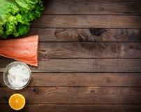 Saumons crus sur la table en bois Photos libres de droits