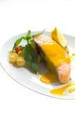 Saumons cuits à la vapeur avec de la sauce à mangue Photos stock