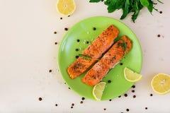 Saumons cuits au four avec des épices Vue supérieure Photos stock
