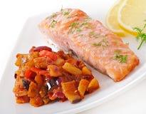 Saumons cuits au four avec la ratatouille de légumes Image stock