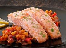 Saumons cuits au four avec la ratatouille de légumes Photographie stock libre de droits