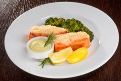 Saumons cuits au four avec le brocoli photos stock