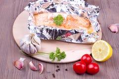 Saumons cuits dans un aluminium Photographie stock libre de droits