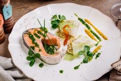 Saumons de Coho à l'oignon et à l'oeuf photos stock