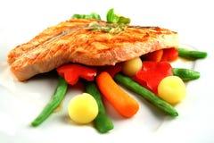 Saumons de gril avec des légumes Images libres de droits