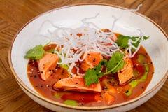 Saumons de Tataki avec de la sauce photos stock
