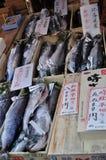 Saumons en vente sur le marché de poissons Photos stock