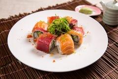 Saumons et Akami (thon) Maki Photo stock