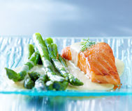 Saumons et asperge images stock