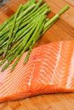 Saumons et asperge frais Photographie stock