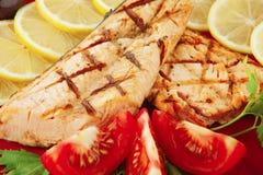 Saumons et légumes grillés Photo libre de droits