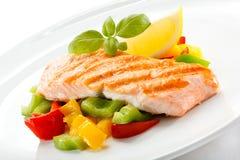 Saumons et légumes grillés image libre de droits