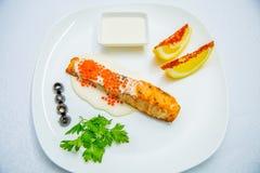 Saumons et légumes grillés Images stock