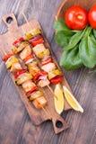 Saumons et légumes grillés sur des brochettes images libres de droits