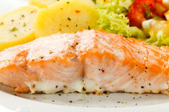 Saumons et légumes rôtis Photo libre de droits