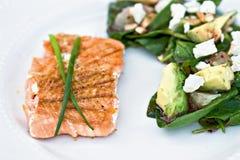 Saumons et salade grillés image libre de droits