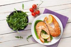 Saumons et salade grillés photographie stock