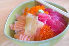 Saumons et thon frais japonais sur le fond en bois Image libre de droits