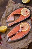 Saumons frais avec des épices photographie stock