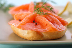 saumons frais noirs de poivre de bagel fumés Images libres de droits
