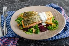 Saumons frits avec des herbes et des betteraves Photo stock