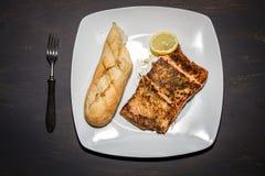 Saumons frits dans le plat Images libres de droits