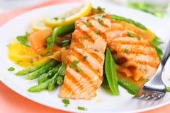 Saumons grillés avec des légumes de source Photos stock